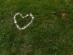 Herz aus Stein auf Grün