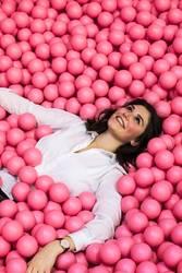 junge Frau im rosa Bällebecken
