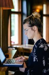 MP139 - Junge Frau arbeitet am Laptop in Bar