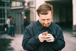 MP140 - Junger Mann schreibt seiner Freundin eine SMS