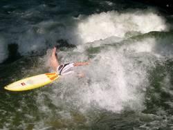 Wellenreiter stürzt ins Wasser