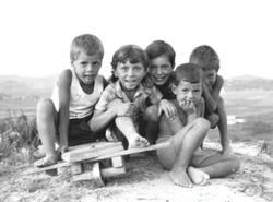 Kinder mit Seifenkiste