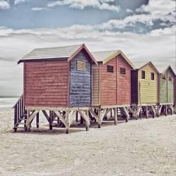 Reihe von gemalten farbigen Strandhütten