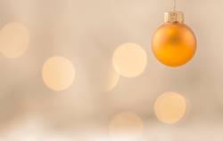 Goldene hängende Weihnachtskugel
