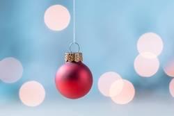 Hängende rote Weihnachtskugel