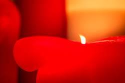 Dicke brennende rote Kerze