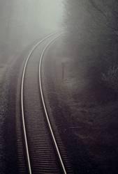 Bahnschienen im Nebel