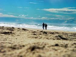 am strand zu zweit allein