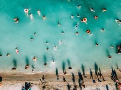 Sommerliche Luftansicht des klaren Ozeans Wasser voller Touristen