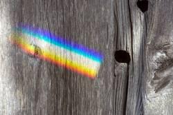 Regenbogen an alter Holzwand
