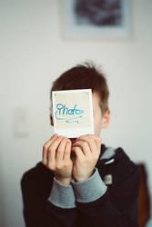 Junge mit analog Polaroid Instant Foto
