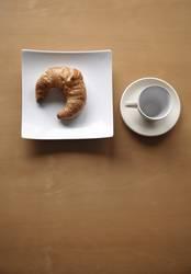 zum frühstück ein croissant