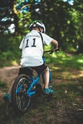 Junge mit Mountainbike im Wald