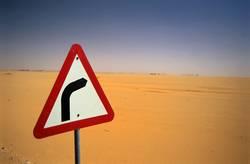 Rechtskurve in Wüste