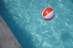 Ball im Pool