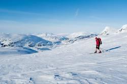 Skifahrer in nordischer Gletscherlandschaft