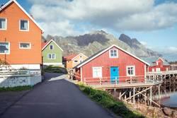 Henningsvær, bunte Holzhäuser in Norwegen