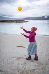 Junge Frau spielt mit Strandgut
