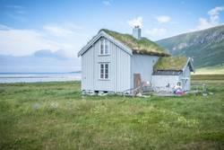 Holzhütte am Fjord