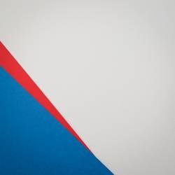 Blaue Ecke, roter Pfeil, weißer Untergrund, Papier