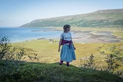 Junge Frau über norwegischem Fjord