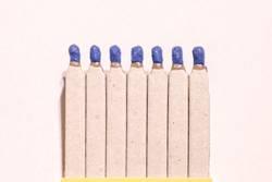 Sieben blauköpfige Streichholzfiguren