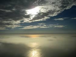 reflejo del sol en el mar en vuelo