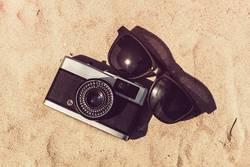 Kamera und Sonnenbrille im Urlaub