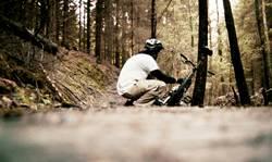 Ein Biker hockt im Walde ganz still und stumm ...