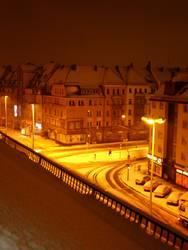Kreuzung bei Nacht im Winter