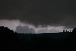 Blitz hinter dem Hügel