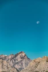 Gebirge im Mondschein am Tage