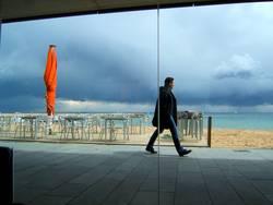 Barcelona 2005, der Himmel dunkel, der Schirm helle