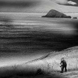 Mähender Bauer am Meer