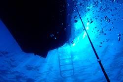 Lichtspiel in blauem Wasser