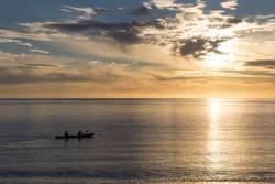 Kayak fahren bei Sonnenaufgang in Abel Tasman National Park