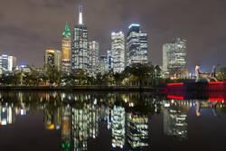 Blick auf die Skyline von Melbourne über den Yarra River