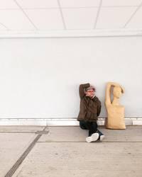 Mann Puppe Nachahmer sitzend Wand