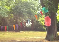 Girlande und Pompoms zum Geburtstag im Park