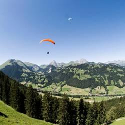 Gleitschirme in Gstaad