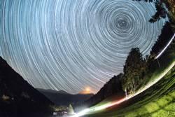 Sternenbahnen über dem Niesen