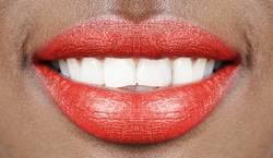 Rote Lippen weiße Zähne