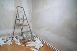 Wohnung renovieren - leerer Raum mit Leiter
