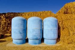 Drei blaue Behälter