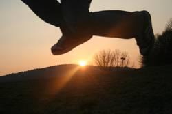 Ein kleiner Sprung über die untergehende Sonne...