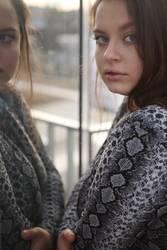 Portrait einer jungen Frau mit Spiegelung