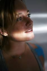 Portrait einer jungen Frau im Jalousieschatten