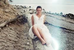 Junge Frau am Strand auf analogen Bild mit Lightleaks