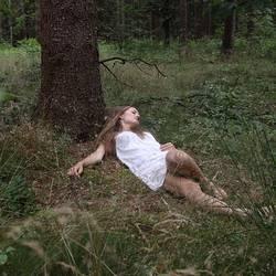 Portrait einer jungen Frau im Wald