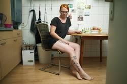 Portrait einer jungen Frau in ihrer Küche